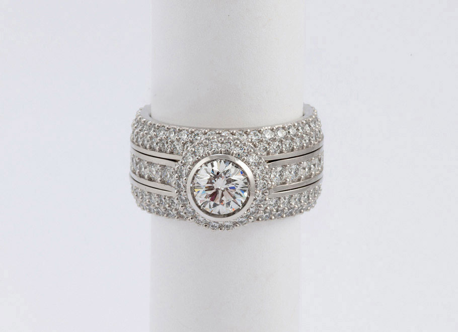 Platinum Round Diamond Engagement Ring with Tapered Round Diamond Bands